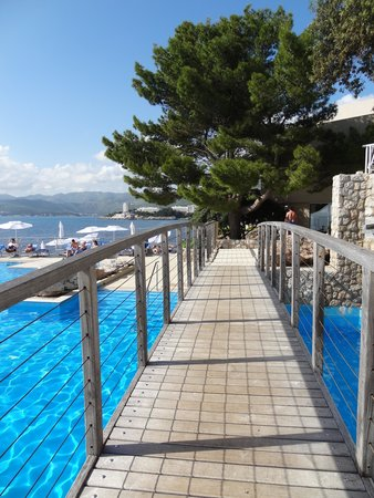 Hotel Dubrovnik Palace: bridge over the pool