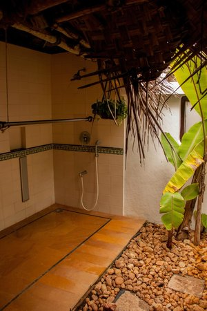 Marari Beach Resort : Villa - open air bathroom