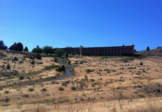 Kah-Nee-Ta Resort & Spa: Driving up to Lodge