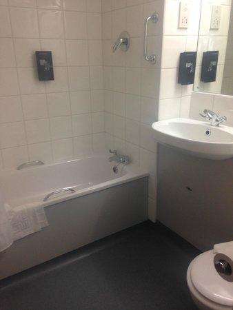 Days Inn Bradford M62: Bathroom