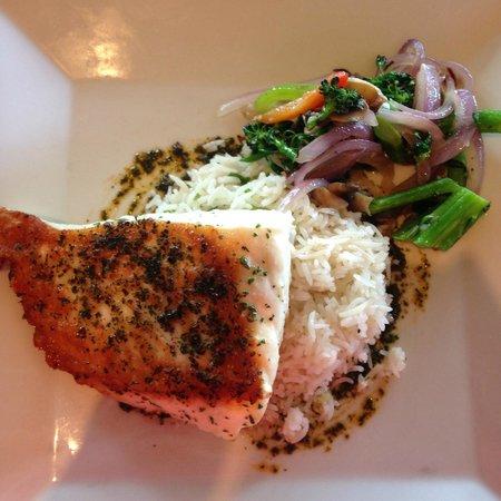 Chinooks Waterfront Restaurant: Seared Halibut