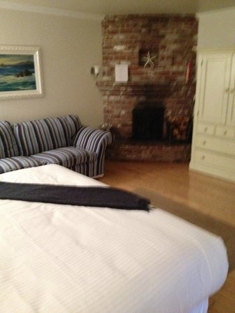 Lamp Lighter Inn & Sunset House Suites: Porpoise room fireplace