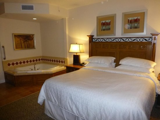 Sheraton Vistana Resort - Lake Buena Vista: La grande chambre avec un lit king size et le jaccusi