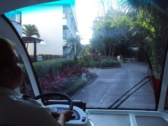 Ocean Breeze Riviera Maya Hotel: indo de um lobby para outro com o transporte disponilizado pelo próprio do resort