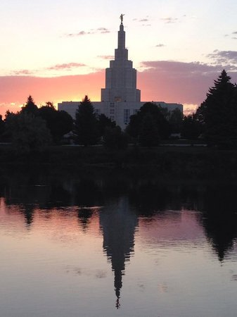 Hilton Garden Inn Idaho Falls: View across the river to the LDS  Temple.  Beautiful.