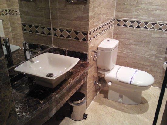 Tirana Aqua Park Resort: bathroom