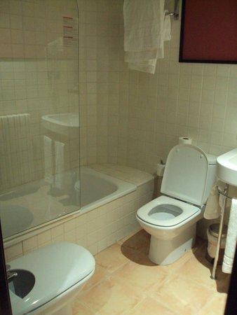 Hotel Monasterio Benedictino: Baño de doble estandar.