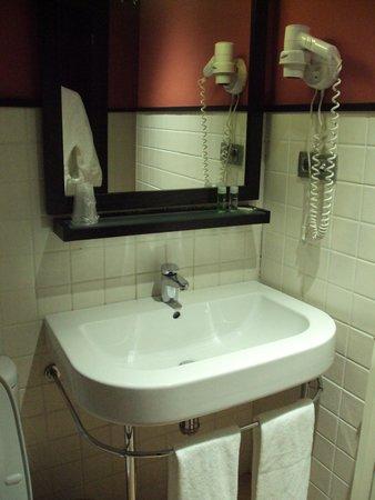 Hotel Monasterio Benedictino: Baño con rídicula dotación de kit y vaso de plástico (impropio todo de un 4 estrellas).