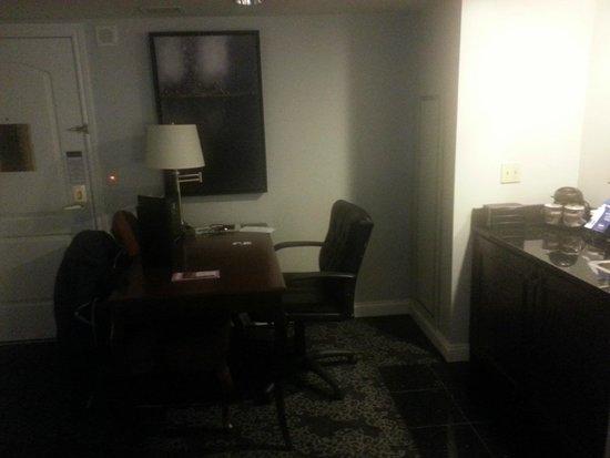 Embassy Suites by Hilton Portland - Downtown: Escritorio / Cocineta