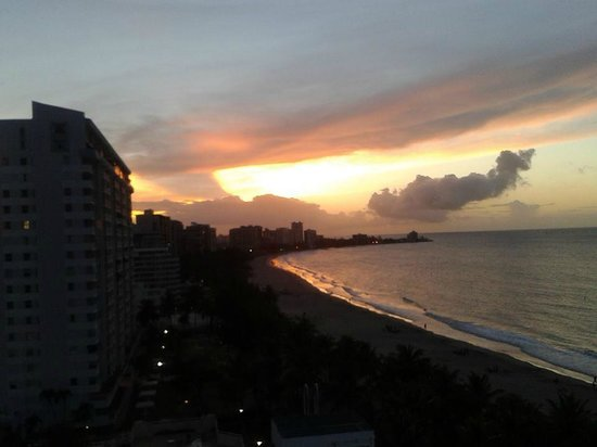 San Juan Water & Beach Club Hotel: Sunset tapas on the roof
