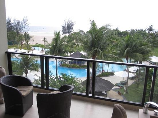 Shangri-La's Rasa Ria Resort & Spa: Room with a sea and pool view