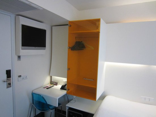 Ibis Styles Amsterdam Central Station : Desk area and television in the small room