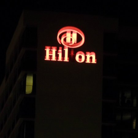 Hilton Daytona Beach / Ocean Walk Village: Hilton at night