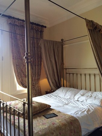 Marmadukes Town House Hotel: Four poster bed in room 505