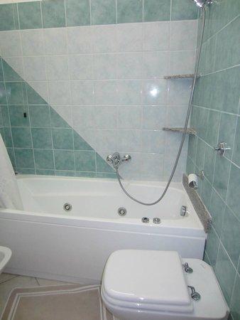 Hotel La Perla: Vasca - doccia