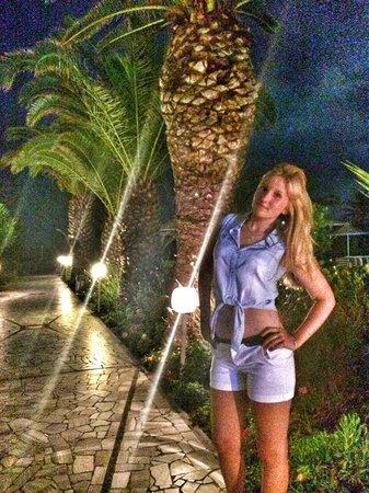Pegasos Beach Hotel: Вечером очень красивая подсветка