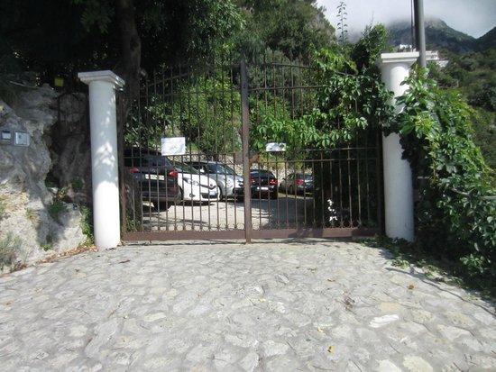 Hotel La Perla: Parcheggio videosorvegliato