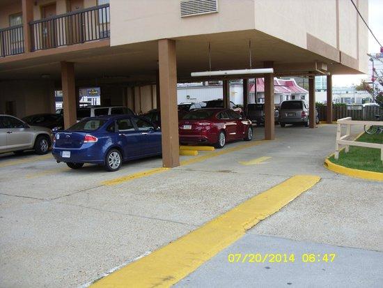 Sundial Inn Motel and Efficiency : parking lot