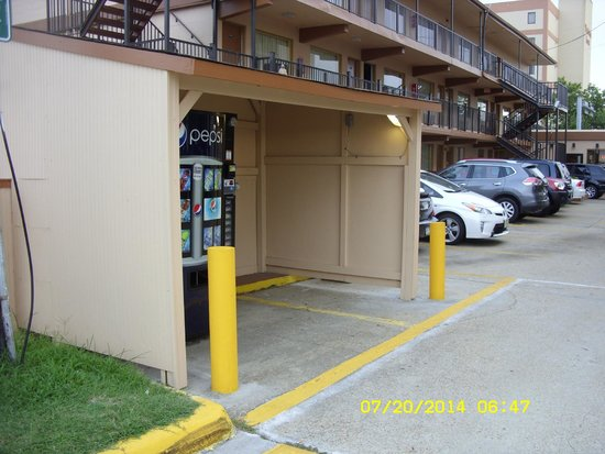 Sundial Inn Motel and Efficiency: vending machine