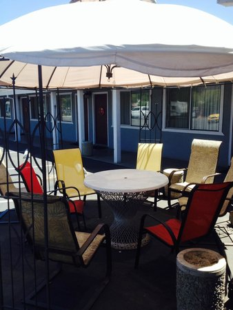 Cinderella Motel: Enjoy the shade under one of our outdoor cabanas!