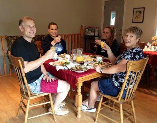 Blue Heron Getaway B&B: Family breakfast on last day of holidays.