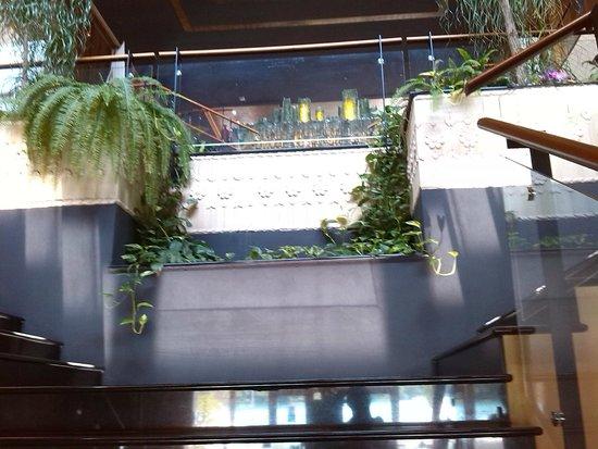 Thai Si Royal Thai Spa & Hotel: scale che scendono al ristorante