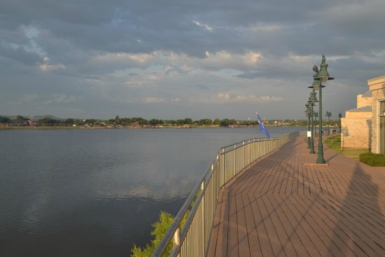 Hilton Garden Inn Granbury : The lakefront walkway...