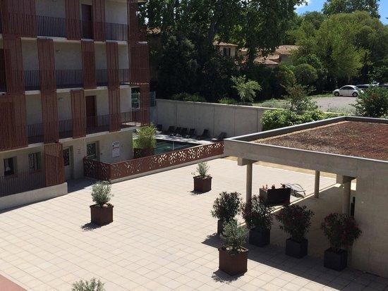 Lagrange City Apart'Hôtel Montpellier : vue de la piscine sur la terrasse