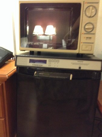 Red Roof Inn - Chattanooga Airport: Old microwave and fridge that wasn't even cold.
