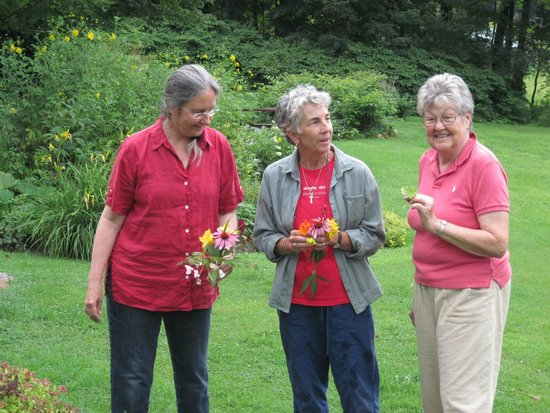 Maple House Bed & Breakfast: Myra, Karen and Cara with the flowers they picked in gardens for drawing  class.