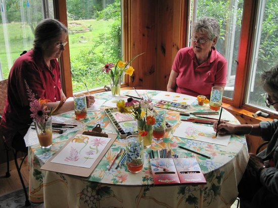 Maple House Bed & Breakfast : Painting flowers.