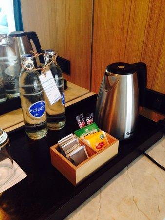 Nap Patong : 冷蔵庫の中もフリーだが、こちらも当然フリー。外のボトルウォーターはお湯を沸かすのにちょうどいい。 お茶はリプトンだけでなく、トワイニングのアールグレイや緑茶的な物もあったのが珍しい。