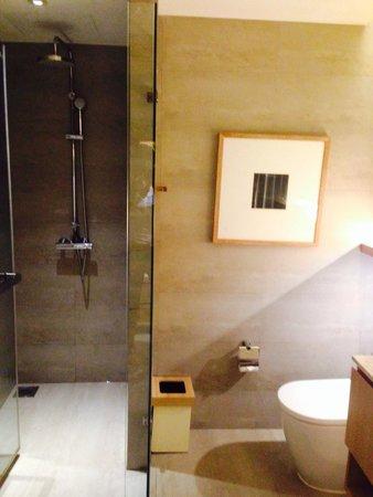 Nap Patong : 1番安い部屋なので、バスタブはないが見ての通り高級感があり満足できるはず。
