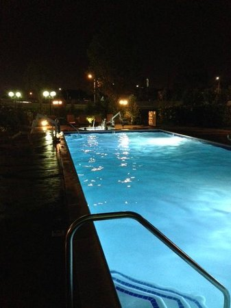 DoubleTree by Hilton Hotel Santa Ana - Orange County Airport: Pool with 4 person jacuzzi at far end