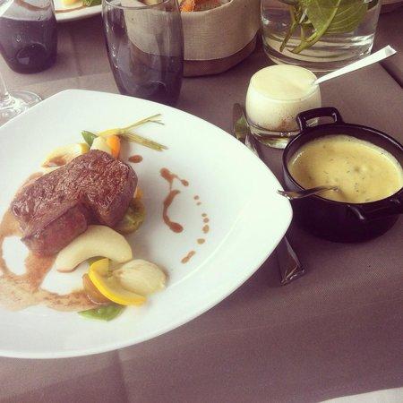 Les Jardins du Moulin : Filet de bœuf du Simmental béarnaise au siphon purée de girolles aux noisettes et es pumas de po