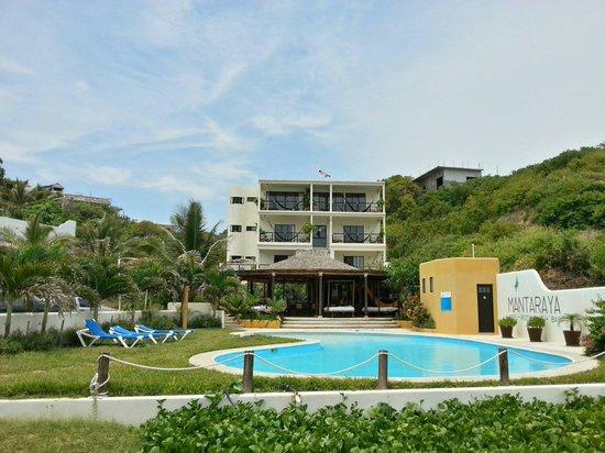 Manta Raya Hotel: Hotel view from the beach