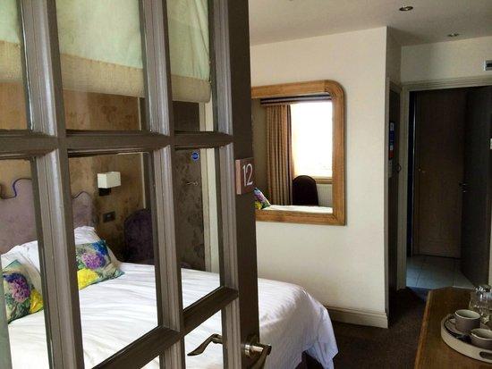 Queen's Head Hotel: Rather small bedroom.