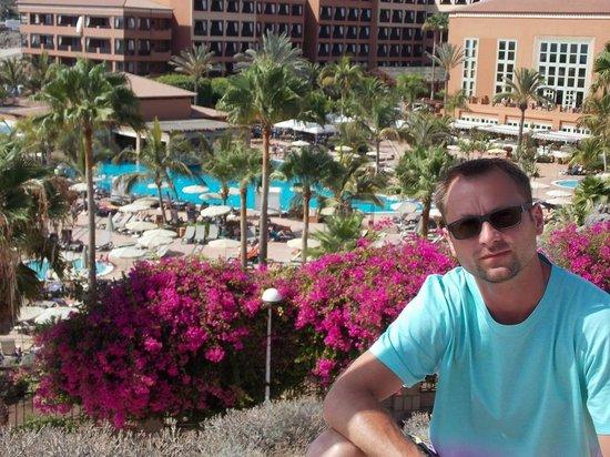 H10 Costa Adeje Palace : ...na tle basenu