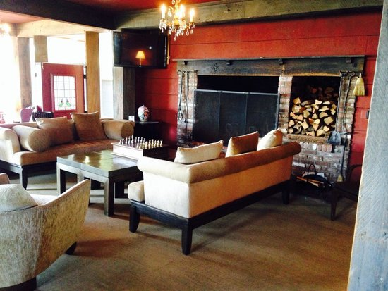 The lounge and fireplace at The Heritage House Resort