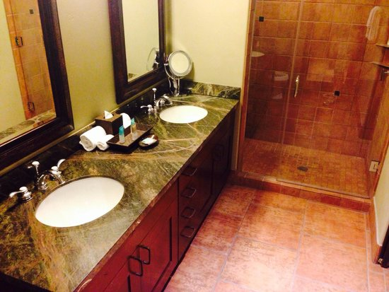 Hyatt Pinon Pointe : Double sinks and shower