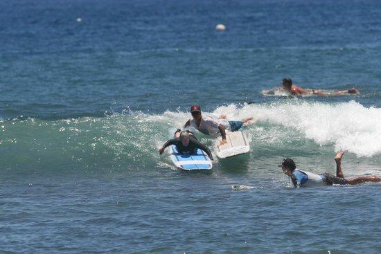 Maui Surf Clinics : Bully setting up my wife