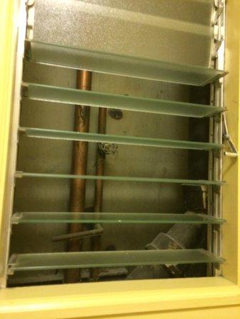 Hotel Bijou: Window to pipes