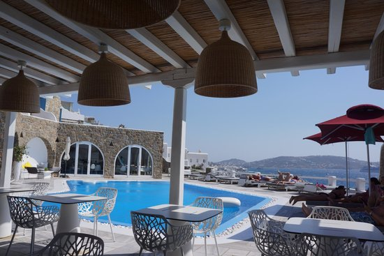 Kouros Hotel & Suites : pool/lunch/bar area