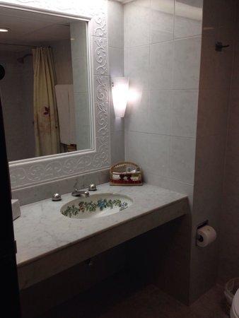 Hotel Casa del Balam: Baño de buen tamaño