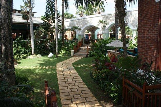 Beaches Negril Resort & Spa : Hotel garden area