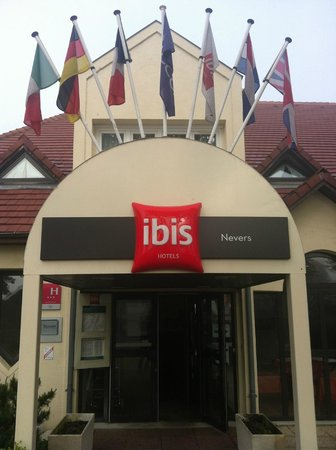 Ibis Nevers: Welcoming Entrance
