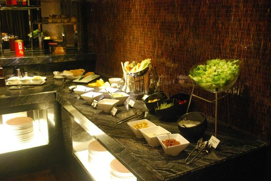 Hong Kong SkyCity Marriott Hotel: Executive lounge food range