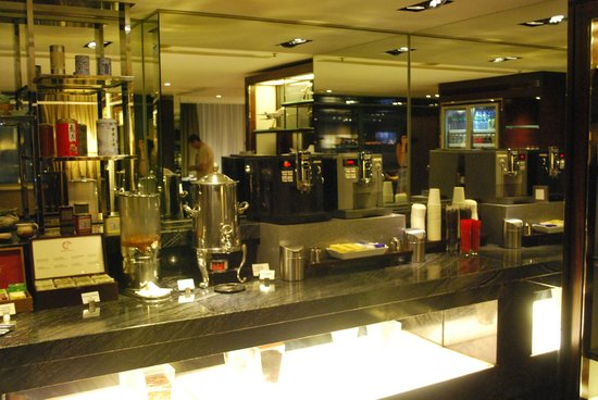 Hong Kong SkyCity Marriott Hotel: Coffee area in the Executive Lounge