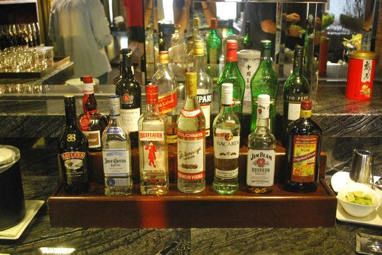 Hong Kong SkyCity Marriott Hotel: Great selection of spirits in the Executive Lounge