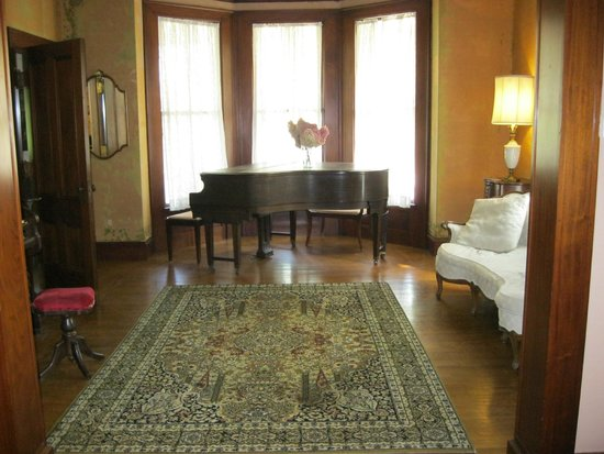 Black Swan Inn Bed and Breakfast: We were told that this grand piano was original to the house